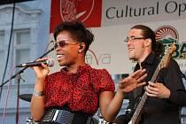 Tonya Graves bavila početné publikum na jednom z posledních koncertů.
