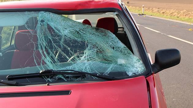 Řidič strhl řízení vlevo, vjel do protisměru a srazil tři chodce. Jeden z nich střet nepřežil.