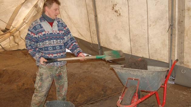 Archeologové v současné době v Oticích-Rybníčkách zkoumají těžní jámu zvanou hliník.