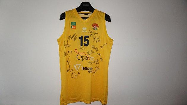 Basketbalový dres Václava Bujnocha podepsaný hráči BK Opava.