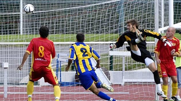 Druhý gól Opavy. Vpravo překonaný brankář Filip Rada (Dukla), míč sledují vlevo Jan Hubka (Dukla) a Milan Matula (Opava), vpravo Pavel Kunc.