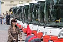 Je jich deset a jsou úplně nové. Flotila autobusů Iveco, které po pěti v květnu a červnu doplnily vozový park Městského dopravního podniku Opava, stála v pondělí nablýskaná na Horním náměstí. Lidé si je tak mohli prohlédnout z venku i zevnitř.
