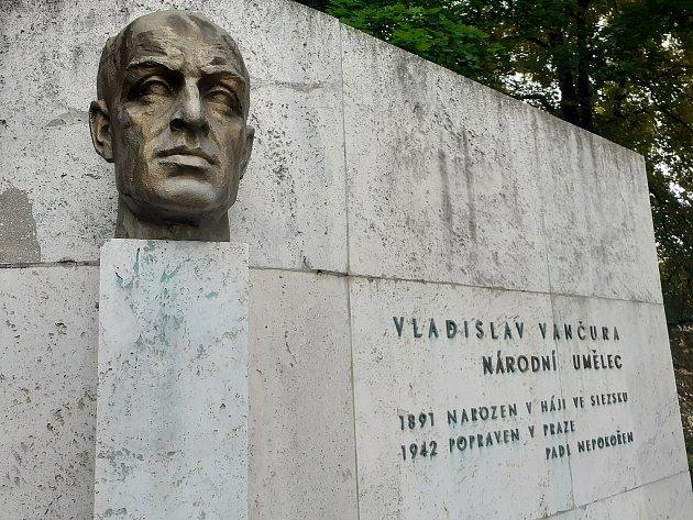 Pomník Vladislava Vančury vHáji ve Slezsku.