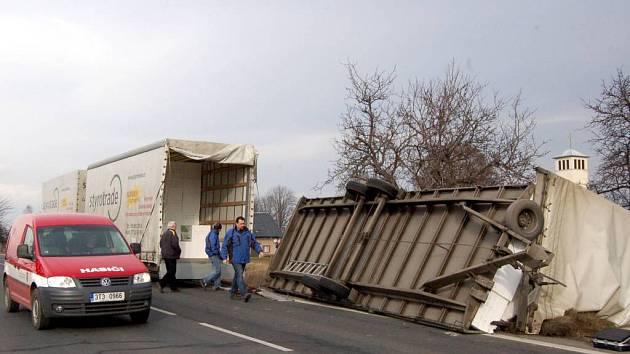 Větrná smršť si pohrála například s kamionem . Toho i s nákladem smetl extrémní vítr nedaleko Holasovic.