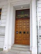 Historické dřevěné dveře na Městský úřad Hlučín prošly výraznou renovcí.