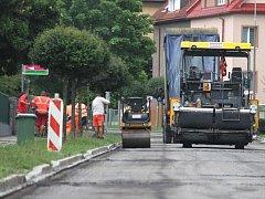 Hobzíkova ulice v Opavě během čtvrtku dostávala nový asfaltový povrch.
