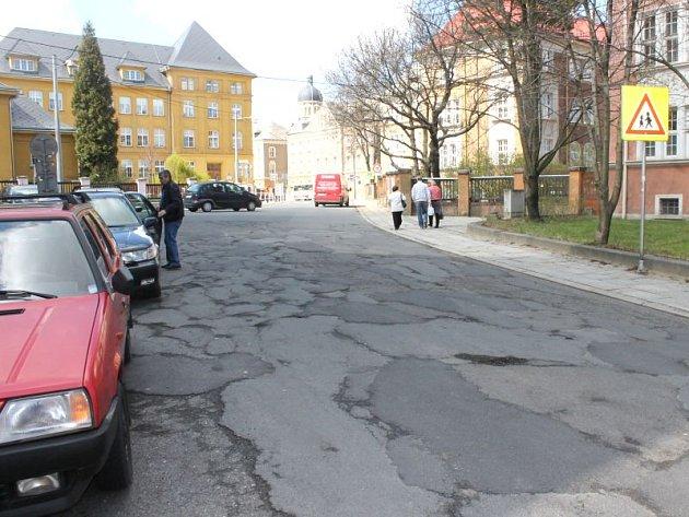 Jak je vidět, ulice Boženy Němcové je v havarijním stavu. Neopravovala se několik desítek let.