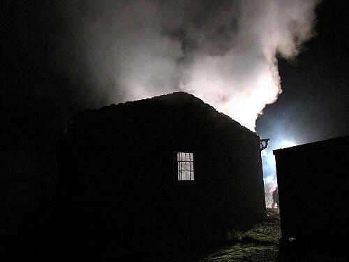 Čtyři jednotky hasičů zasahovaly po pondělní půlnoci u požáru bývalého kravína v obci Sosnová, přestavěného na zámečnickou dílnu s dřevovýrobou. Požár se obešel bez zranění, předběžnou škodu odhadnul vyšetřovatel hasičů na 300 tisíc korun.