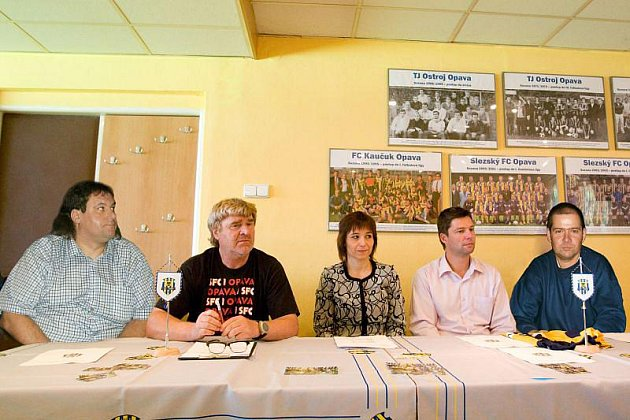 Tiskovka, zleva Pavel Jatzek (předseda sdružení), Josef Mazura , Pavla Brady, Radim Matýsek, Petr Lysák (místopředseda).