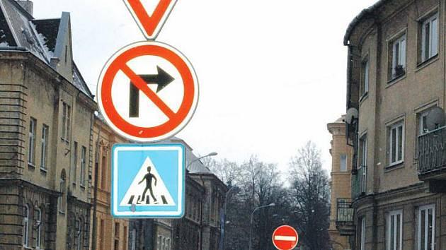 Takto vypadá křížení ulice Na Rybníčku s ulicí Mírovou. Auta jezdí shora, kola mohou i z druhé strany.