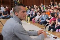 Na Englišce Jakuba Holušu přivítala plná tělocvična dětí, která Jakubu Holušovi aplaudovala vestoje. Zlatý medailista z halového evropského šampionátu, který se v březnu konal v Praze, si vzpomněl na dobu, kdy školu sám navštěvoval.
