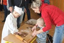V malé pekaře a cukráře se proměnily děti na čertovském a mikulášském pečení uplynulý víkend v Oticích.