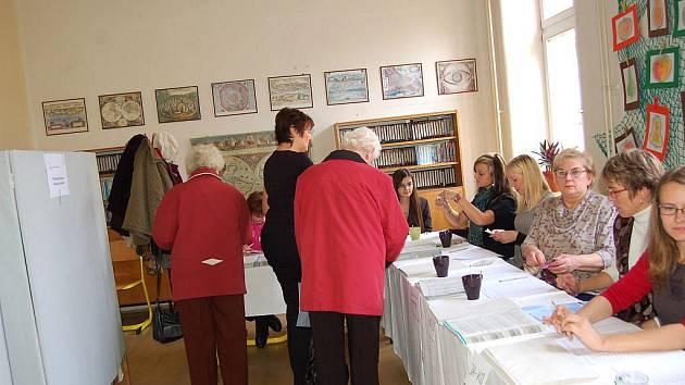 Základní škola T. G. Masaryka na Riegrově ulici v Opavě pátek krátce po čtrnácté hodině. Volby začaly, lidé se hrnou do volebních místností. Někteří nedočkavci přišli o něco dříve a netrpělivě postávali před zavřenými dveřmi.