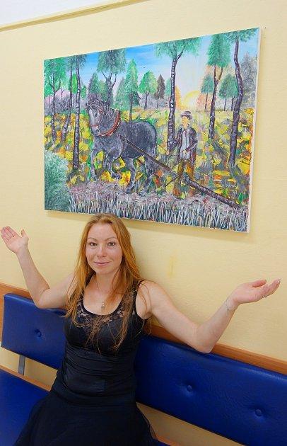 Mladá umělkyně Karin Štenclová usvých obrazů, kterými zpříjemňuje pobyt dalším pacientům.