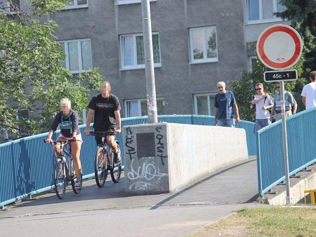 Naše redakce během jedenácti minut napočítala na mostě u Vodní ulice hned deset cyklistů, kteří nerespektovali značku Zákaz vjezdu.