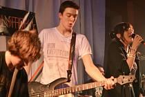 Mladé kapely se v Hradci prezentují před početnou diváckou kulisou.