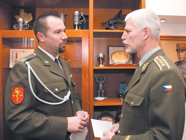 Michalčin otec (vlevo) přijímá dar z rukou generálporučíka Petra Pavla.