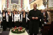 Letošní I. adventní koncert zahájil starosta města Martin Štefek a v programu se představili členové chrámového sboru z Opavy a Stěbořic pod vedením Karla Kostery.