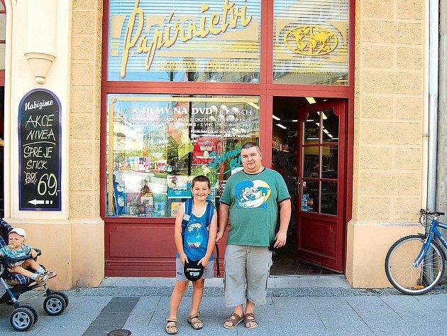 Petr Haferník z Opavy právě koupil v papírnictví na Ostrožné ulici svému synovi Jakubovi školní batoh.