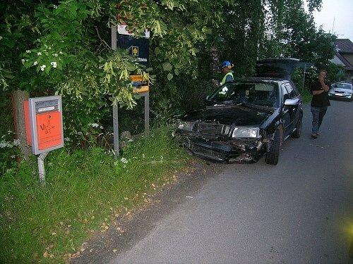 Auto v noci na neděli v Klokočově narazilo do plynové přípojky.