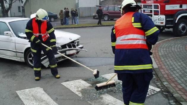 Hasiči odklízejí následky nehody.