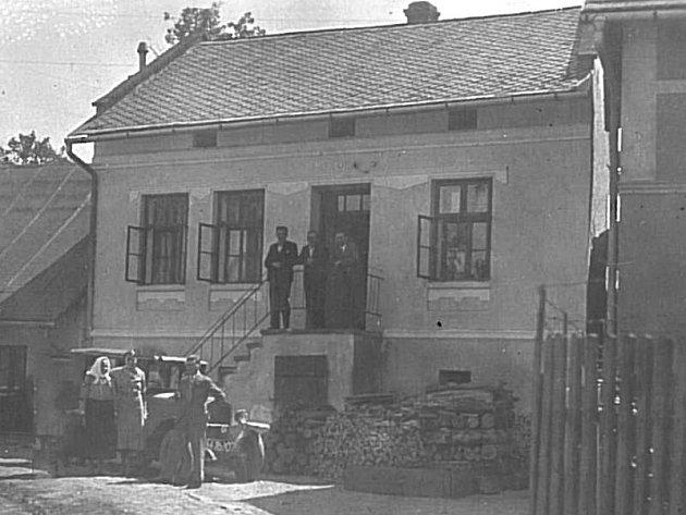 Ssoučasný Old House na historické fotografii. Původně rodinný dům byl postaven okolo roku 1905.