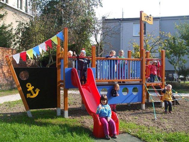 Dětem na zahradě postavili i pirátskou loď.