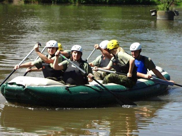 Na loňské charitativní akci jezdili členové opavského 53. pluku s návštěvníky na člunu. I letos by mělo být o zábavu postaráno.