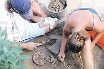Archeologové zkoumající jednu z koster.