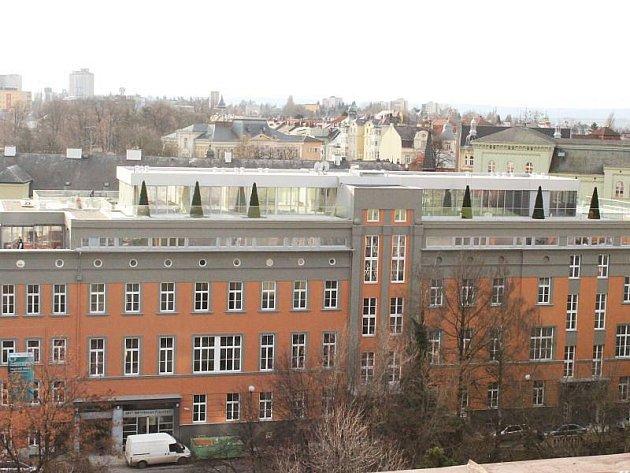 Takhle v současné době vypadá bývalá nemocnice U Rytířů. Je z ní bytový dům, který se převlékl do zcela nového kabátu.