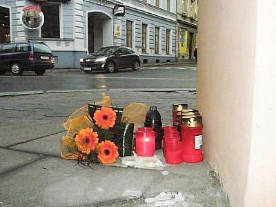 Pomníček na křižovatce ulic Pekařská a Nákladní, kde před několika lety zabil zfetovaný a opilý řidič maminku dvou dětí. Křižovatka samotná za to tehdy nemohla.