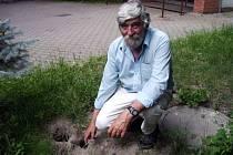 Deratizér Jaroslav Vojtek ukazuje na díry způsobené potkany.
