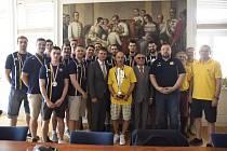 Opavští basketbalisté na snímku s primátorem Opavy Radimem Křupalem a s jeho náměstky.