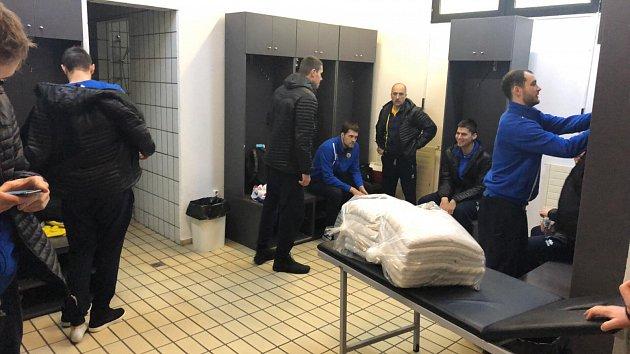 Kabina hostujících basketbalistů BK Opava vSoluni.