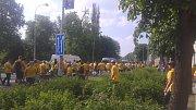 Fanoušci už se blíží ke stadionu.