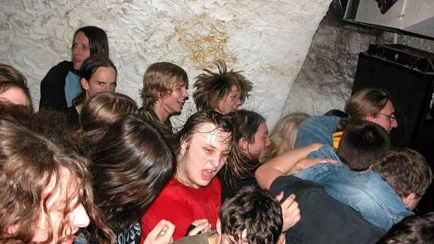 Točte se, pankáčové! Z návštěvníků punkového koncertu v Jamu stříkal pot.