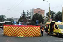 Tragická nehoda se ve čtvrtek ráno stala v Ratibořské ulici. Ženu kousek před mostem srazil nákladní automobil.