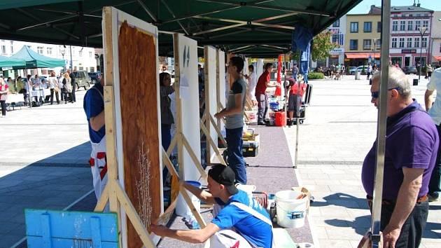 Žáci učebního oboru malíř-natěrač představili svou tvorbu na Mírovém náměstí v Hlučíně.