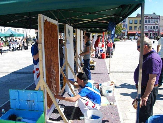 Žáci učebního oboru malíř-natěrač představili svou tvorbu na Mírovém náměstí vHlučíně.