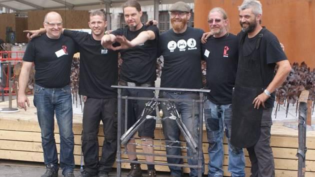 Tým, který se utvořil kolem zástupců Kovárny Milostovice, s vyrobeným dílem v belgických Yprách. Druhý zleva Jan Braunš, vedle něj vpravo pak stojí Ondřej Géla.