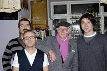 Roger McGough a nakladatelství Perplex – zleva: Martin Kubík, Dan Jedlička, Roger McGough a Jan Kunze.