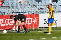 SFC Opava - MFK Výškov 1:0. Jediný gól utkání dal domácí záložník Lukáš Holík.
