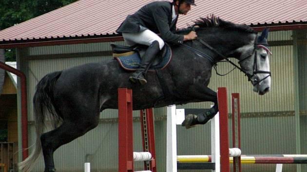 Jiří Hruška s Cornelem 1 z Opavy-Kateřinek vyhrál na trojanovickém kolbišti kategorii čtyřletých koní.