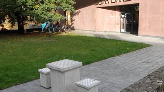 Obyvatelé Opavy mají nově možnost zahrát si šachy přímo na ulici. Ke hracímu stolu mohou usednout před Domem umění.