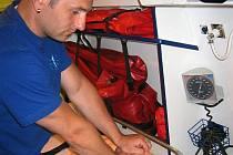 Cena resuscitačního trenažéru přesáhla sedm tisíc korun.