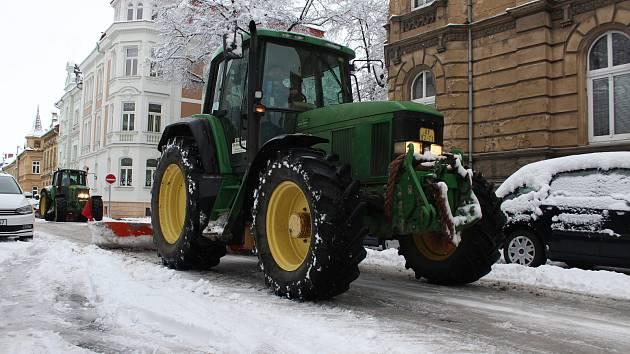 Traktor s radlicí upravuje cestu na Denisově náměstí v Opavě.