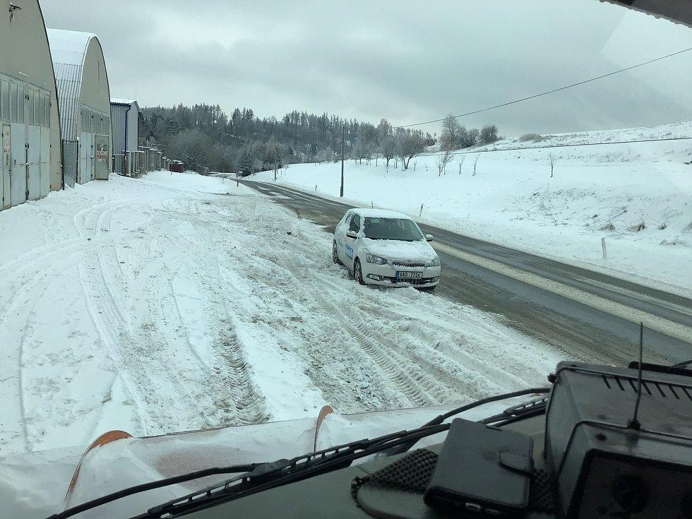 Zima na Opavsku a Vítkovsku. Pohled se sypacího vozu Tatra