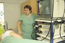 Gastroenterologické pracoviště interny Slezské nemocnice dostalo ve čtvrtek dárek v podobě kolonoskopu a duodenoskopu.