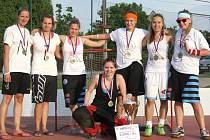 Captain Girls se zlatými medailemi. Nahoře třetí zleva Sabina Čermáková, Martina Bernardová, Andrea Bořucká a Hana Černínová, chybí zraněná Kateřina Quittková.