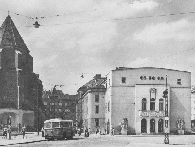 Slezské divadlo ve stroze socialistickém realismu.